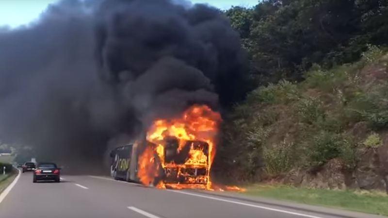 Tessin: un bus prend feu sur l'autoroute A2 près de Mezzovico