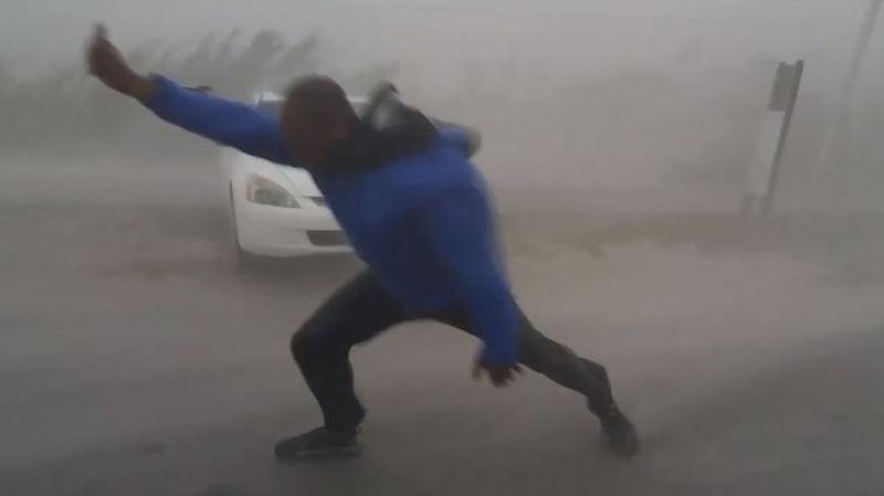 Gonflé: un météorologiste américain risque sa vie en défiant l'ouragan Irma