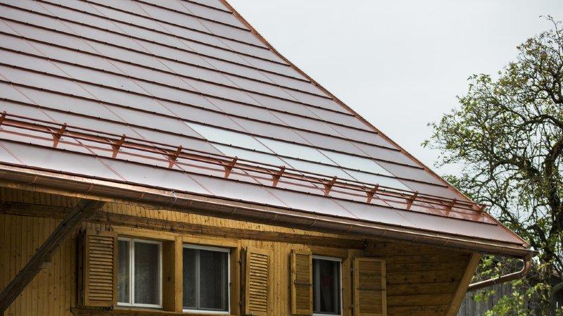 Fribourg: le toit d'une ferme protégée recouvert de panneaux solaires de couleur terre cuite