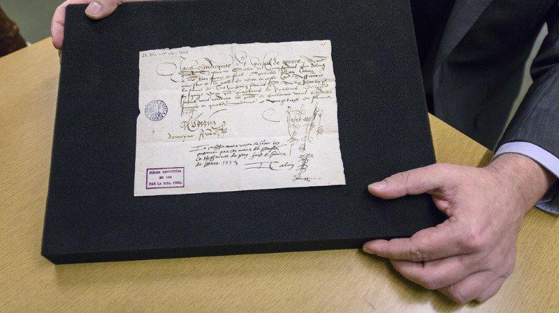 Le document rendu précise que Calvin a reçu des autorités genevoises de l'époque la somme de 125 florins comme rétribution pour son travail de ministre du culte.