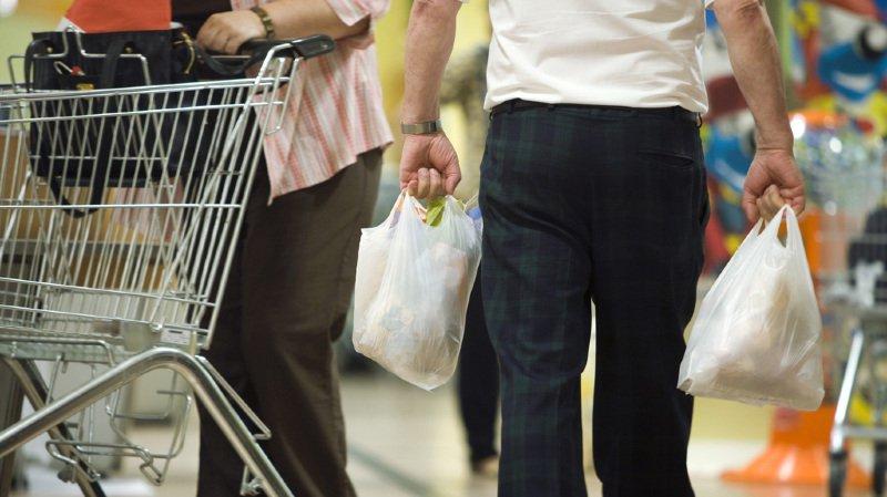 Pollution: la taxe sur les sacs plastique dans les supermarchés porte ses fruits