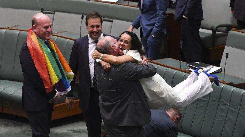 Le vote a été accueilli par des cris de joie, des embrassades et des applaudissements nourris dans la chambre basse du parlement.
