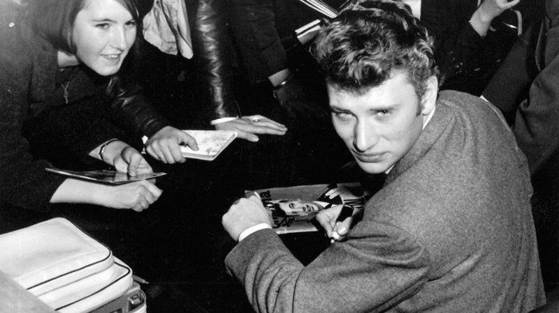 En 1962, Johnny Hallyday se prêtait régulièrement à des séances de dédicaces, comme ici à Lausanne. Un an plus tôt à Nyon, c'est dans les locaux de Bally Electricité, à la place Saint-Martin, qu'il s'était prêté à cet exercice.