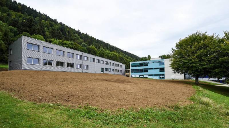 Le Centre scolaire du Val-de-Ruz, dont fait partie le collège de la Fontenelle, à Cernier (photo), a été distingué par un jury d'experts.