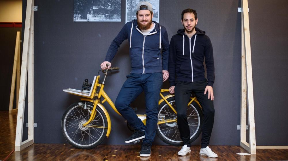 Lucas Bertinotti et Julien Roch (à dr.) posent devant le vélo du facteur qui sillonnait jadis les routes du village de Founex.
