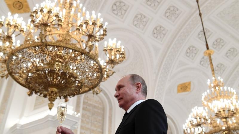 Malgré ses 64 adversaires à la présidentielle, Vladimir Poutine reste presque certain de remporter le scrutin.