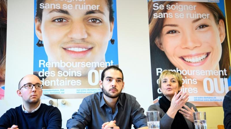 Alberto Mocchi, président des Verts vaudois, Pierre Conscience, coordinateur du comité d'initiative et conseiller communal à Lausanne, et Brigitte Crottaz, médecin et future conseillère nationale, lors du lancement de la campagne jeudi à Lausanne.