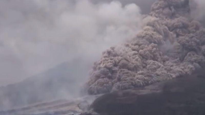 Spectaculaire éruption du volcan Sinabung à Sumatra, en Indonésie
