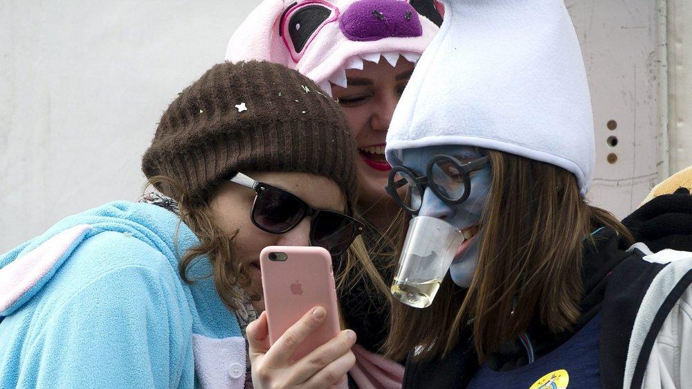 Avec l'information par le biais des réseaux sociaux, les jeunes se retrouvent déconnectés des médias traditionnels.