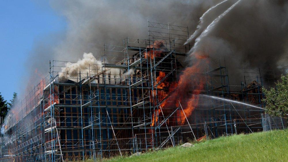 Le feu s'était répandu rapidement entre les deux couches de charpente quand l'employé qui avait manipulé le chalumeau s'en est rendu compte. L'ensemble du bâtiment en chantier s'est embrasé, entraînant une lutte de huit heures des pompiers contre cet incendie.