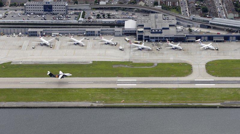 L'aéroport a été fermé au trafic aérien.