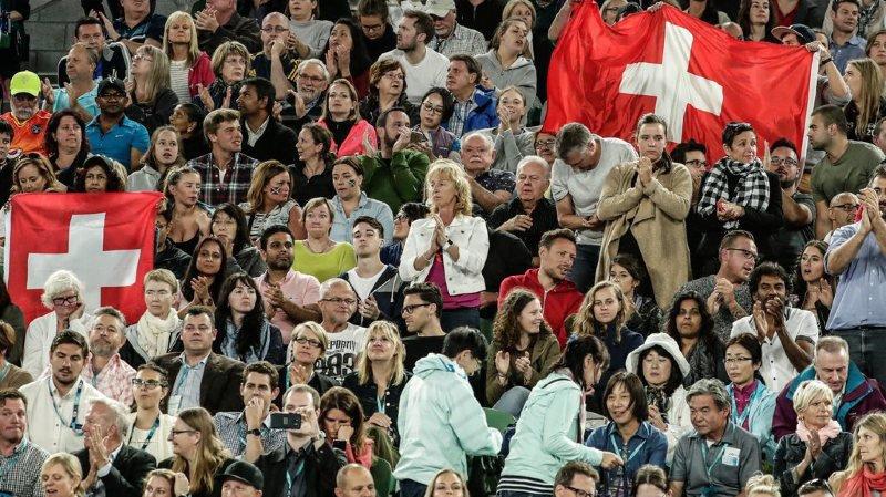 Suisses ou simples fans de Roger Federer, de nombreux fans arborent les couleurs helvétiques dans l'enceinte de Melbourne Park.