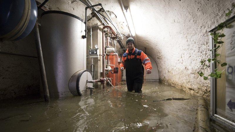 A St-Ursanne, le Doubs est rentré dans les caves. Il se retire peu à peu, mais les dégâts sont importants.