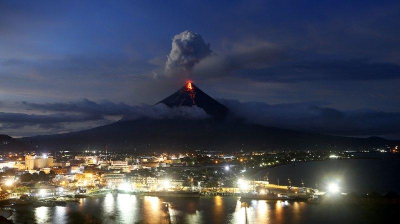Philippines: le volcan Mayon menace d'engloutir des villages avec des coulées meurtrières