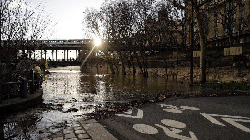 France: la Seine continue de monter, les musées et les transports parisiens en alerte
