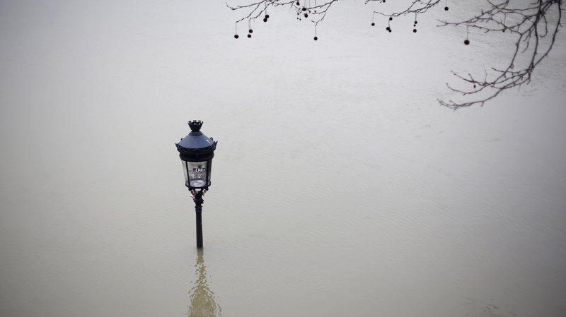 Le fleuve qui traverse la capitale française en longeant musées et monuments devrait culminer à un niveau entre 5,85 et 5,95 m, soit plus de quatre mètres au-dessus de la normale, selon l'organisme de surveillance Vigicrues.