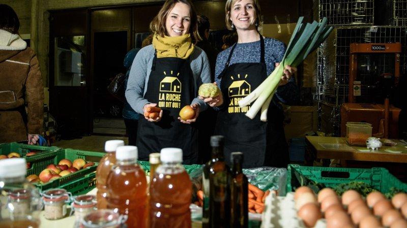 Delphine Meppiel (à gauche) inaugurait sa ruche à Morges et Virginie Vieyres, qui ouvrira celle de Saint-Prex  le 7mars, est venue lui rendre visite. Sans esprit de concurrence, elles poursuivent le même but.