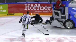 Hockey: la surfaceuse recule lors de l'interview d'un joueur... et c'est le drame