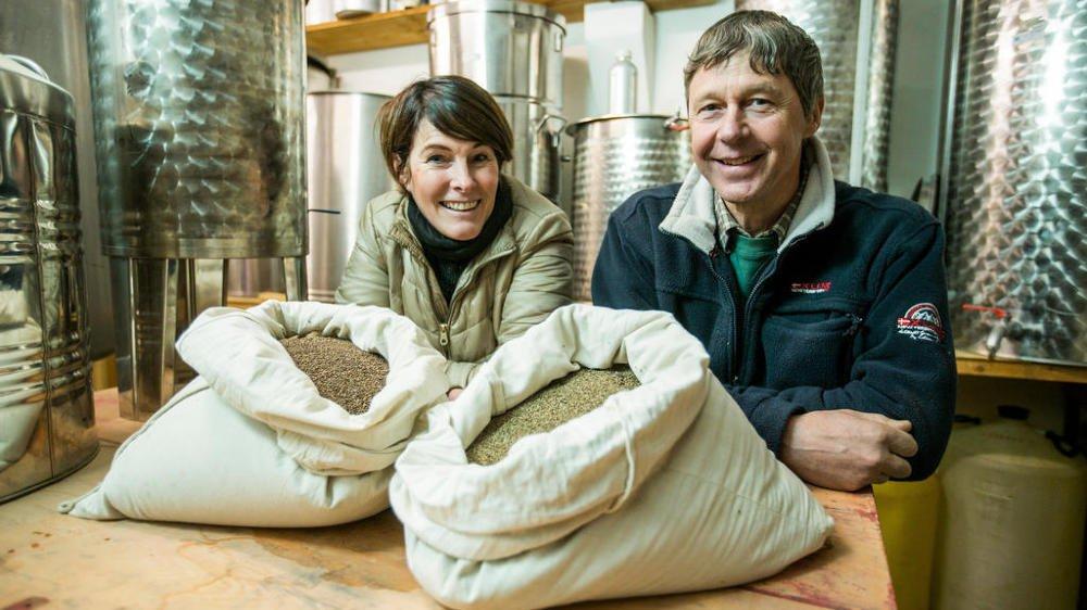 Beate Schierscher-Viret, responsable de la banque de semences d'Agroscope, et Jean-Marc Genevay, de la distillerie de Bassins. A gauche, des semences de sauge sclarée et à droite de persil qui se trouvent désormais à Svalbard.