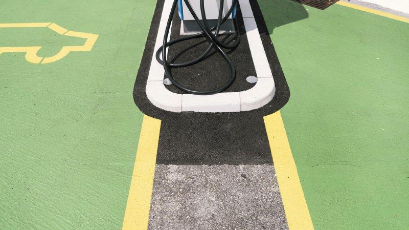 Voitures électriques: des bornes de recharge sur les aires de repos d'autoroute d'ici 2019