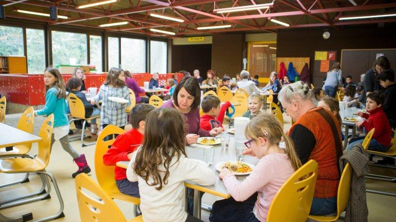 Ambiance joyeuse et décontactée mardi lors du repas commun entre élèves et seniors. Un partenariat entre Pro Senectute et la Ville.