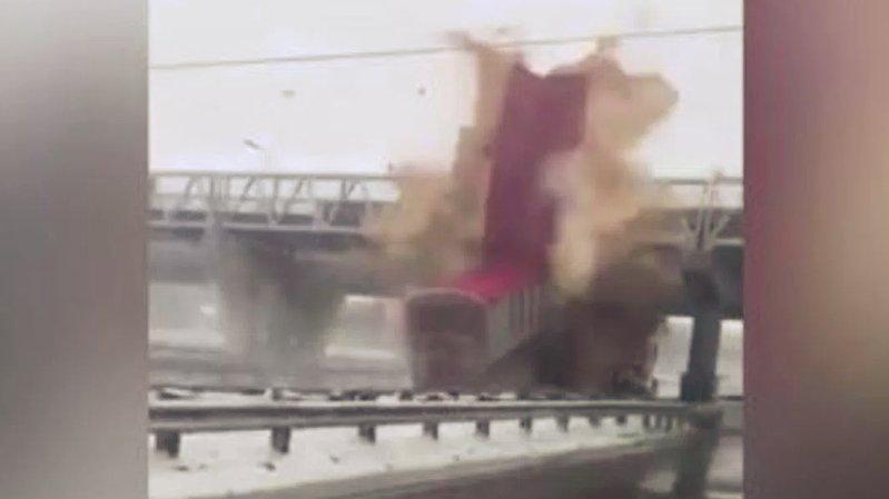 Un camion, benne levée, percute un pont de plein fouet sur une autoroute au Canada