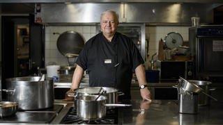 Il cuisine pour les gymnasiens et les profs de Nyon depuis 30 ans
