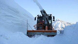 Grisons: la neige déblayée mètre par mètre au sommet du col du Splügen