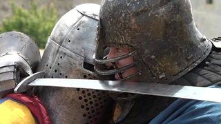 Valais: des femmes participent à des combats médiévaux en Italie