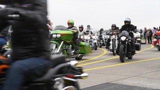 Zurich: des motards offrent une virée à des handicapés à Dübendorf