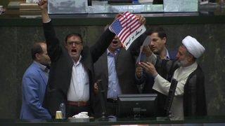 Un drapeau américain en papier brûlé au parlement iranien