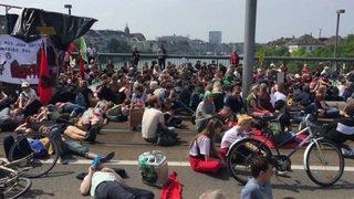 Plus de 2000 personnes manifestent contre les entreprises Monsanto et Syngenta à Bâle