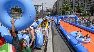 Un toboggan aquatique de 260 mètres de long attire des milliers de personnes au centre de Genève