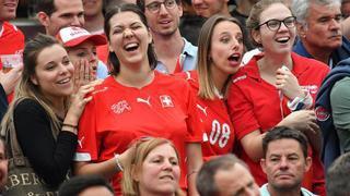 Rouge et féminine, la Fan zone de Nyon en images