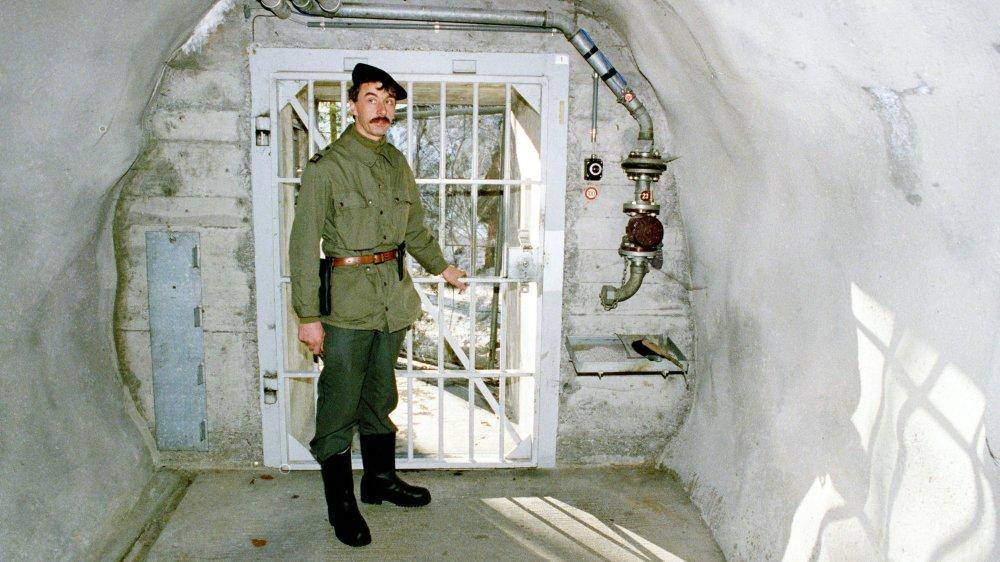 Un soldat se tient devant un bunker de la P-26, à Gstaad, en 1990.