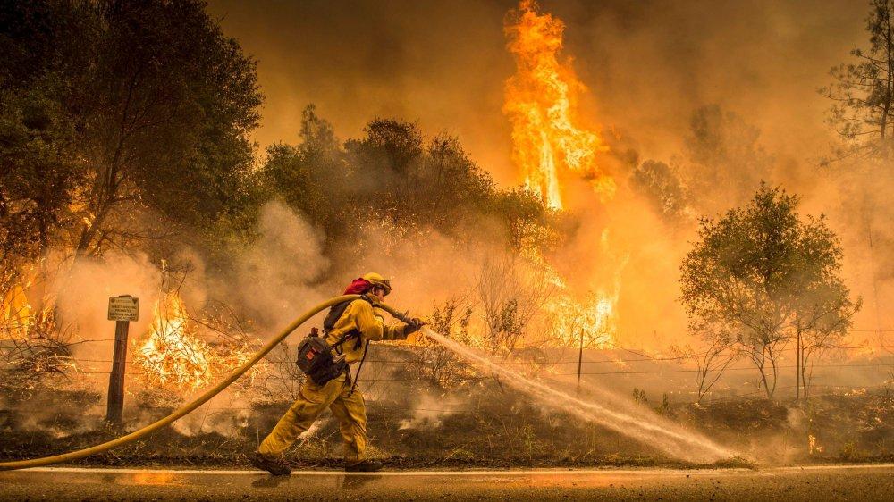Les pompiers combattent des incendies parfois incontrôlables au péril de leur vie.