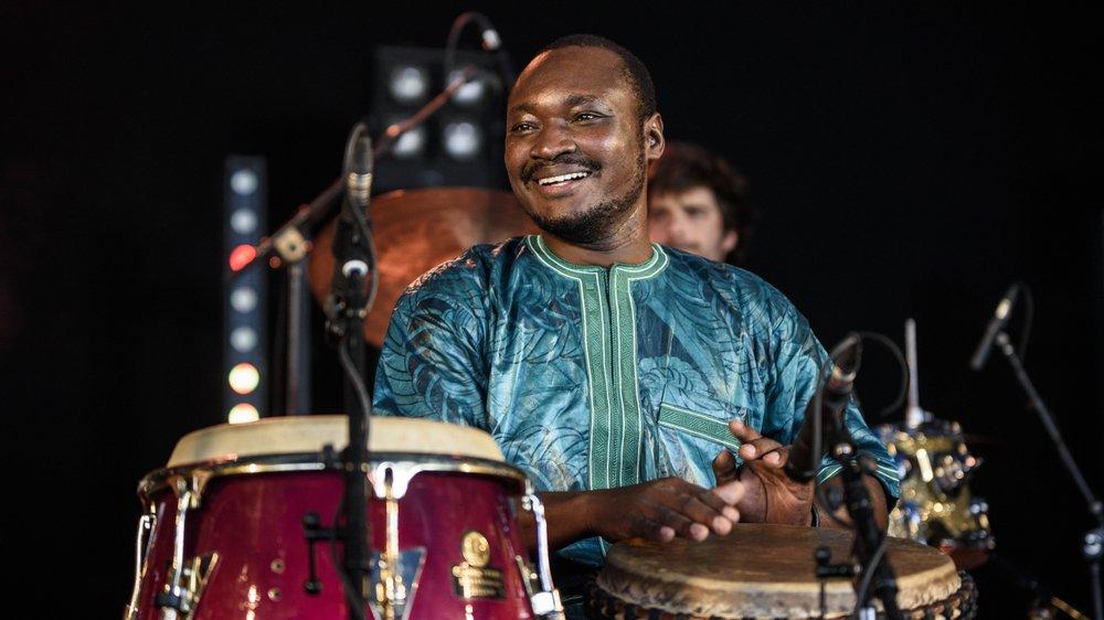 Baba Konaté au djembé et à la conga, lors du concert de La Tempête sous le Club Tent du Paléo, jeudi 19 juillet