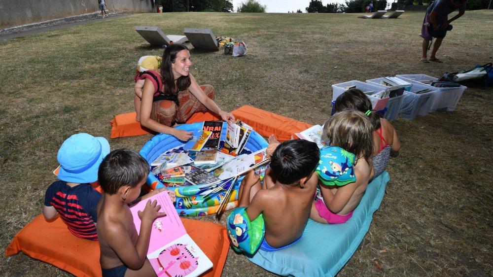 Nora Girardet lisant des histoires pour le plus grand plaisir des bambins.