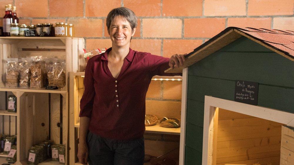 Carine Chollet a inauguré le marché à la ferme de la Petite Lignière en avril dernier. Elle utilise un petit poulailler construit par ses soins pour présenter les oeufs.