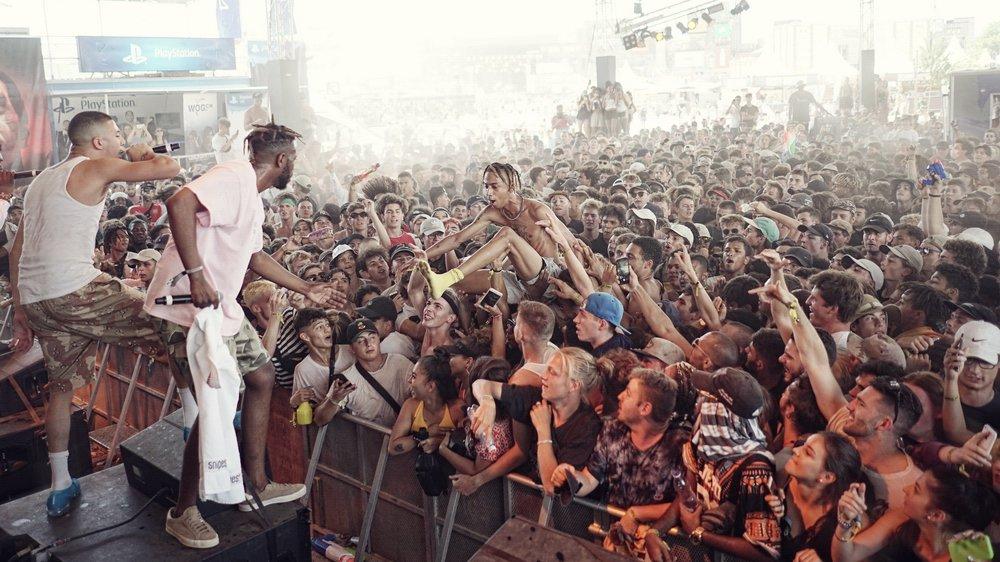 De gauche à droite, les trois rappeurs du XTRM Tour: Di-Meh, Makala et Slimka (en train de surfer sur le public). Une ambiance folle émane de leurs concerts.