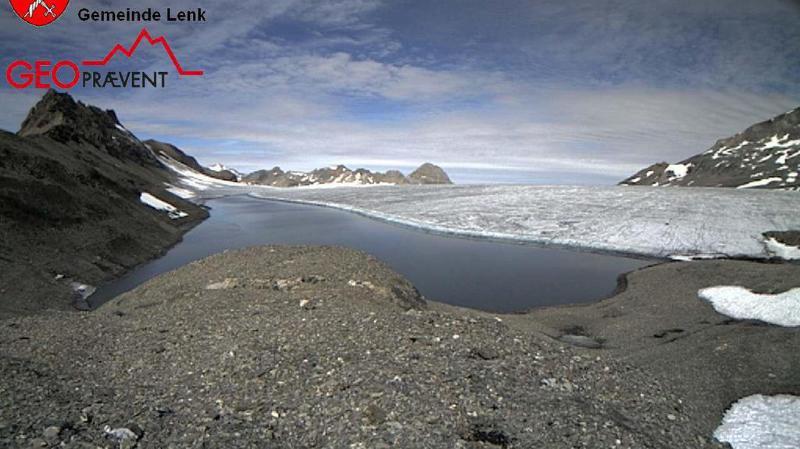 Alimenté par la fonte des glaces, le lac des Faverges, situé sur le glacier de la Plaine Morte à la frontière entre les cantons de Berne et du Valais, a commencé à s'écouler.