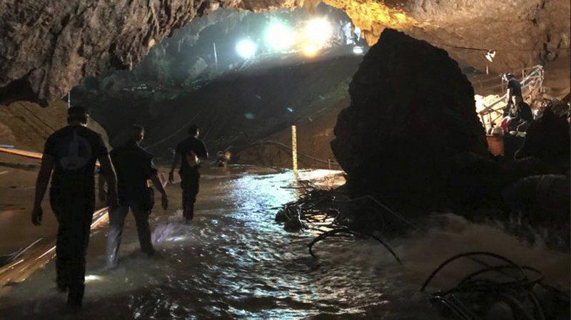 Thaïlande: les 12 jeunes footballeurs et leur entraîneur coincés dans une grotte depuis le 23 juin sont sortis