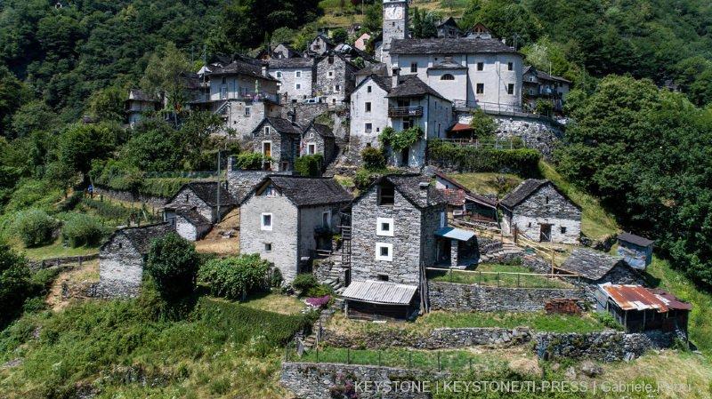 Tessin: Corippo, le plus petit village de Suisse condamné à disparaître, se transforme en hôtel