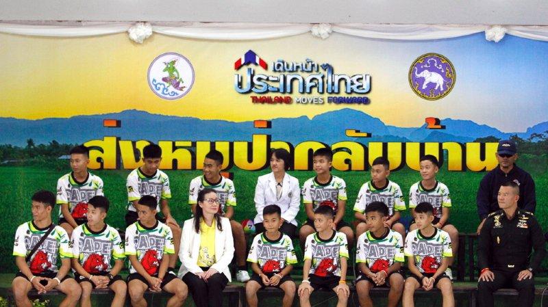 Les enfants et leur entraîneur ont raconté comment ils ont survécu durant plus de 2 semaines.