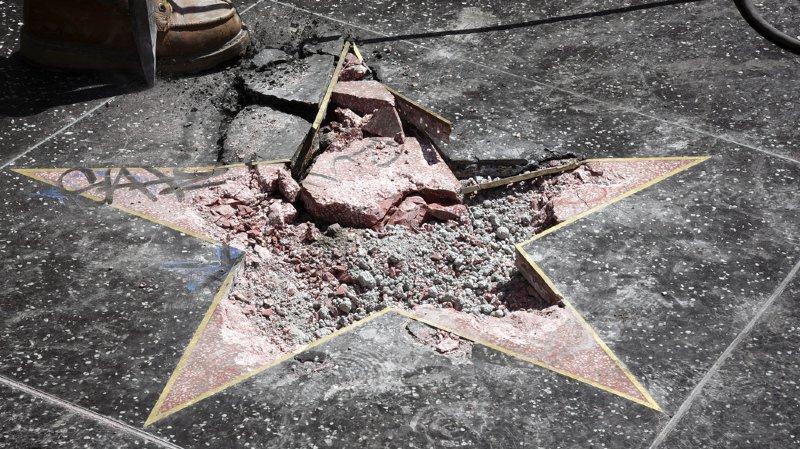 """L'auteur de cet acte de vandalisme, Austin Clay, aux mains des autorités, a utilisé une pioche pour détruire cette reconnaissance - généralement sponsorisée par les studios - reçue par l'homme d'affaires lorsqu'il animait l'émission de téléréalité """"The Apprentice""""."""
