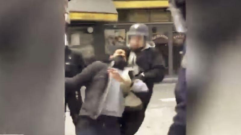 Un casque de police sur la tête, Benalla a violemment empoigné un manifestant.