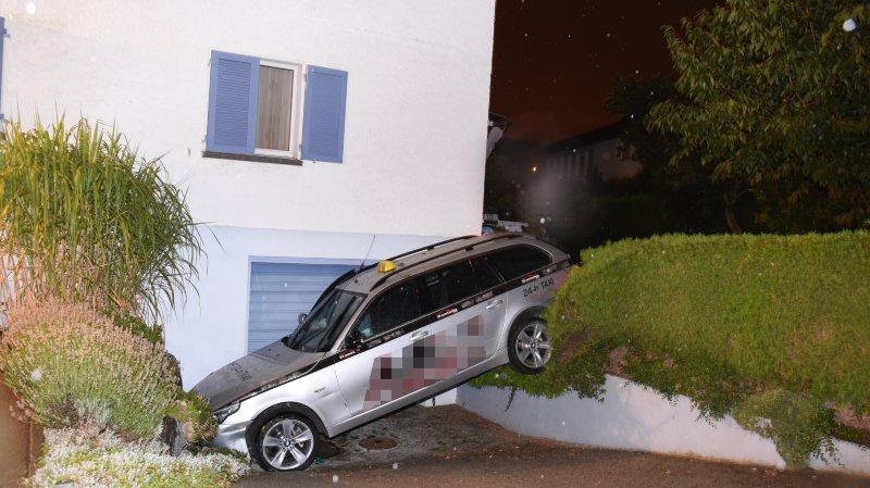 St-Gall: un couple accompagné par sa fille de 10 ans agresse un chauffeur, vole son taxi et le détruit