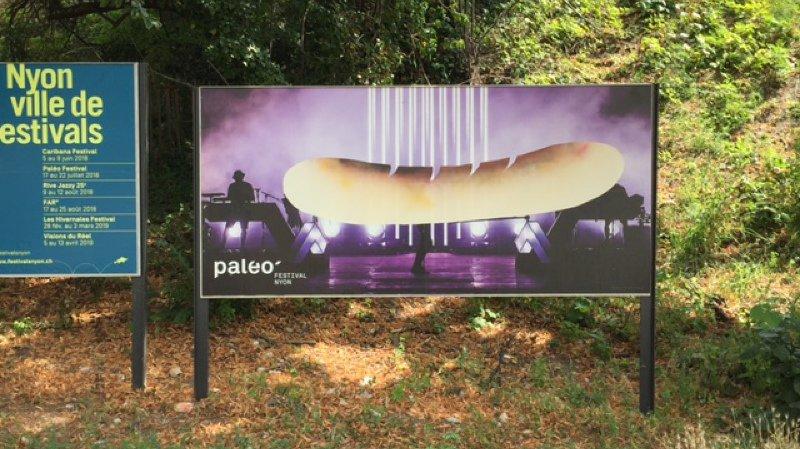 La majorité des affiches du festival se trouvant en ville de Nyon est touchée par cette attaque de saucisses.