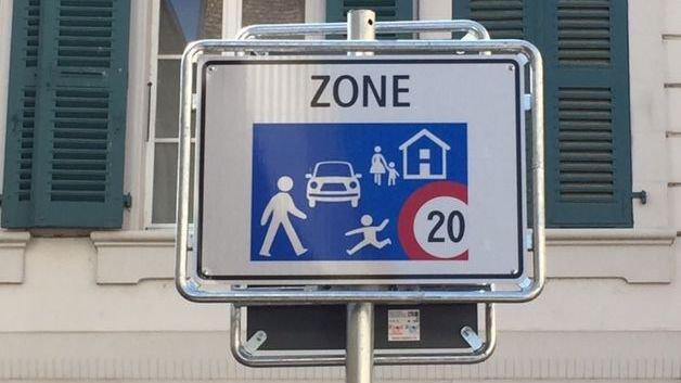 """L'un des panneaux """"zone 20"""" qui ont poussé récemment au centre-ville de Nyon."""