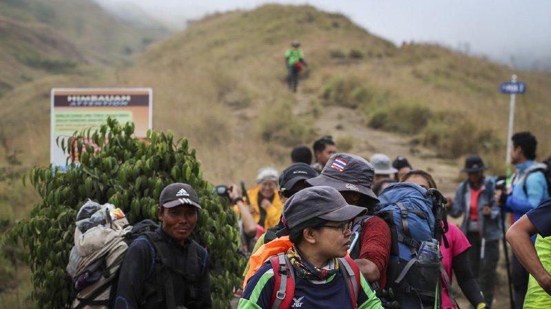 Les guides ont trouvé un chemin alternatif sans glissement de terrain pour pouvoir faire descendre les 500 randonneurs.